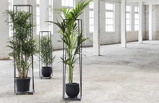 Metal sculptures plant stand
